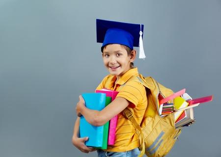 diligente: Retrato de schoolkid feliz con mochila y libros Foto de archivo