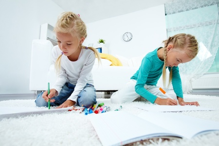 niñas gemelas: Retrato de las niñas gemelas en casa de dibujo