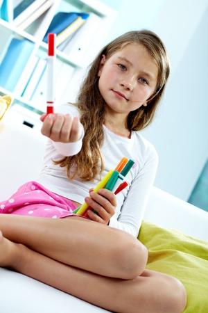 colegiala: Retrato de niña bonita celebración de lápices de colores