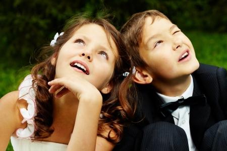 Portret van schattige jongen bruidegom en bruid meisje