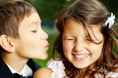 personas besandose: Retrato de novios chico besando a su novia alegre