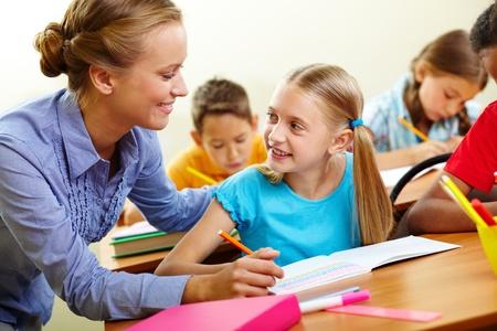 salon de clases: Retrato de una chica inteligente y su profesor mirando a otra lecci�n en aula