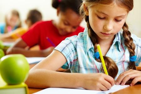 salle de classe: Portrait de belle fille en dessin cahier au cours Banque d'images