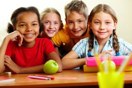 niños en la escuela: Retrato de escolares inteligentes mirando la cámara en el aula