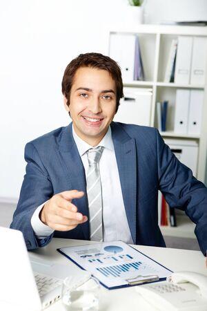 director de escuela: Retrato de un empresario exitoso mirando y apuntando a la cámara