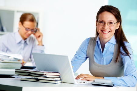 Retrato de mujer de negocios inteligente trabajando en la oficina