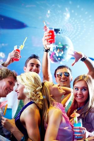 people dancing: Ritratto di amici allegri con cocktail ballare e divertirsi nel club