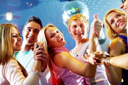 disco parties: Retrato de tres parejas felices bailando en la fiesta Foto de archivo
