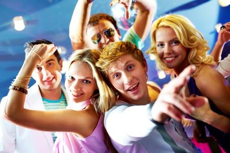 dinamismo: Ritratto di amici glamour ballare alla festa insieme