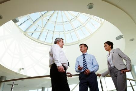 Portrait de trois partenaires discuter des idées lors de réunion