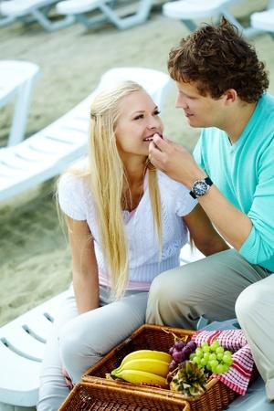 pareja comiendo: Foto de la pareja feliz almorzar juntos al aire libre Foto de archivo