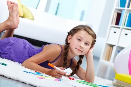colegiala: Retrato de niña encantadora dibujar con lápices de colores