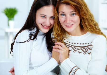 madre e hija adolescente: Foto de la mujer y su hija adolescente mirando la cámara  Foto de archivo