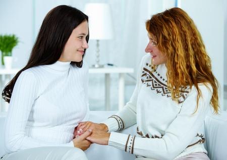 apoyo familiar: Foto de la mujer y su hija adolescente mirando mutuamente