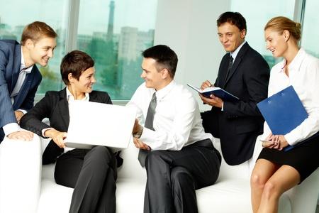 gente comunicandose: Cinco personas de negocios comunicarse en la oficina Foto de archivo