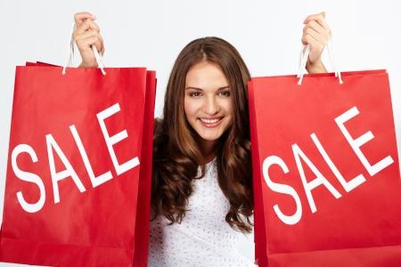 販売からの購入と幸せな女性のポートレート