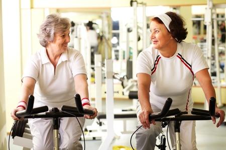 damas antiguas: Retrato de dos mujeres senior en buena forma