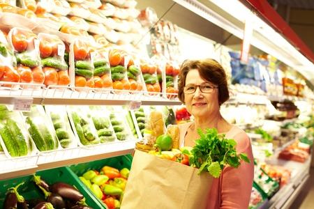 supermercado: Imagen de la mujer mayor en el departamento de compras Foto de archivo