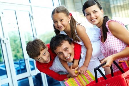ni�os de compras: Retrato de familia feliz de cuatro divertirse despu�s de compras