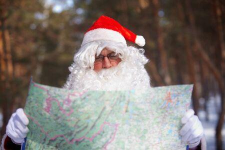 natale: Santa Claus looking at map in wood