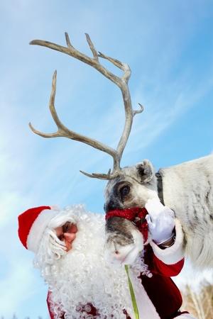 elk horn: Santa Claus acariciando sus renos