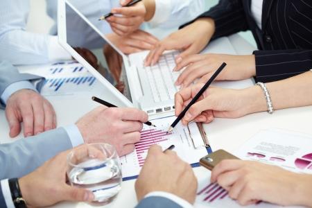 recursos financieros: Ca�tico lugar de trabajo con las manos de los trabajadores