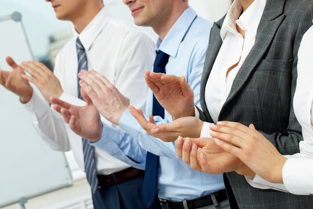manos aplaudiendo: Cuatro hombres de negocios aplaudiendo en el seminario