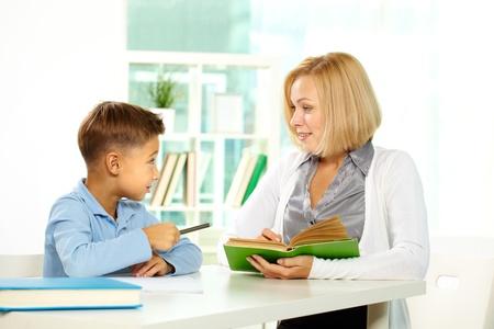 tutor: Retrato de muchacho diligente y su tutor que interactúan entre sí