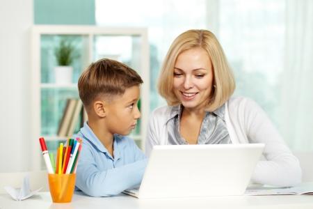 diligente: Retrato de Linda tutor y alumno diligente trabajo con port�til