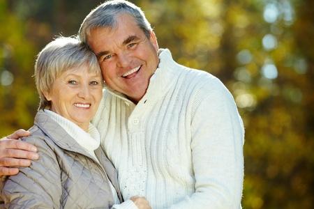 Foto de amoroso entre hombre y mujer mirando la cámara