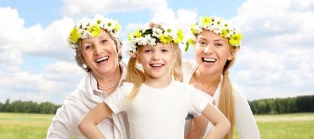 grandmother children: Retrato de la abuela y la madre detr�s de ni�a con una sonrisa