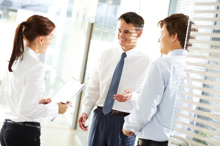 Zakelijk leider uit te leggen aan zijn werknemers hun taken