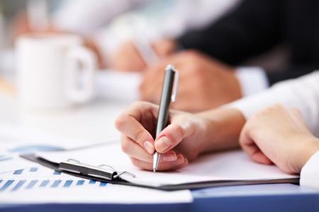 摘要: 特寫女性的手與筆在紙上做筆記