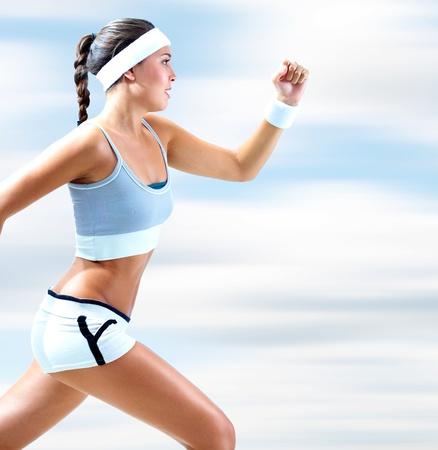 atleta corriendo: Retrato de una chica corriendo al aire libre en verano Foto de archivo