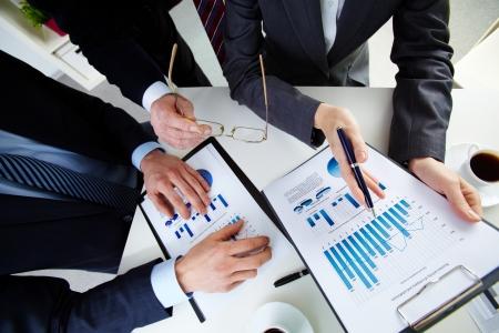 財源: ドキュメントでの作業のビジネス人々 の手