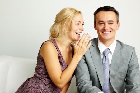 talking: Photo d'un homme et une femme heureuse de parler et de rire