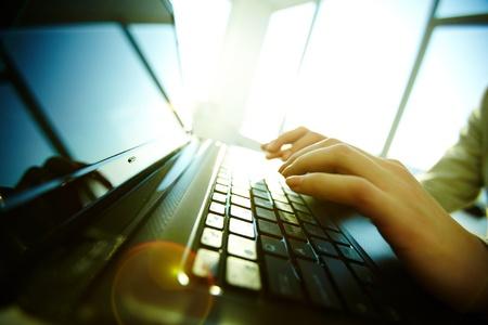 ordinateur de bureau: Image de clavier d'ordinateur portable noir avec les mains des femmes sur lui