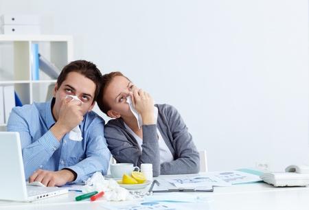 persona triste: Imagen de socios de negocios enfermos con rinitis sesi�n en el cargo
