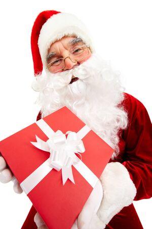 generoso: Foto de Papá Noel feliz con caja de regalo de color rojo mirando a la cámara Foto de archivo