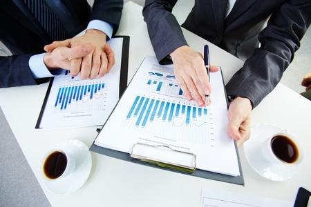 recursos financieros: Manos de la gente de negocios y documentos Foto de archivo