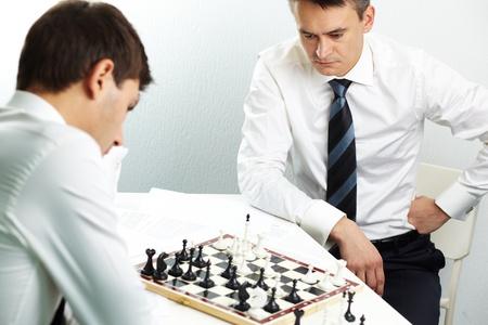 jugando ajedrez: Imagen de hombre de negocios pensando en la estrategia, mientras que jugar al ajedrez