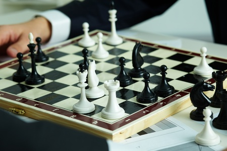 jugando ajedrez: Imagen de las figuras de ajedrez en tablero de ajedrez