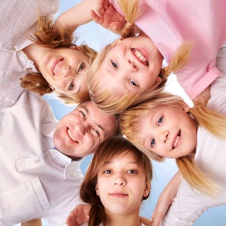 familias unidas: Un familiar joven que hace el círculo, mientras que mirando a la cámara Foto de archivo