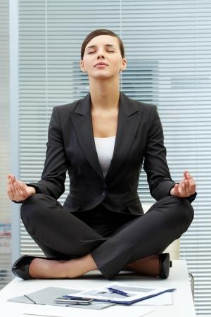 mujer meditando: Imagen del empresario joven en el lugar de trabajo y la meditaci�n