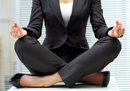 mujer meditando: Primer plano de mujer en traje sentado en el lugar de trabajo y la meditaci�n