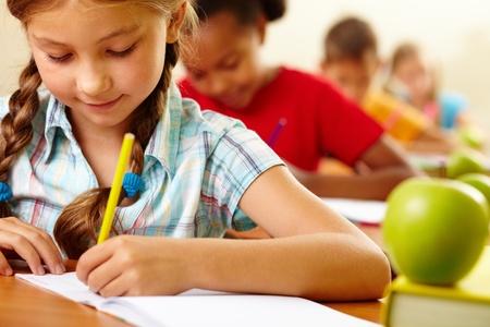 salle de classe: Portrait de belle fille en dessin au cahier le�on Banque d'images