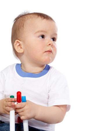 Portrait der Ruhe Kind mit Buntstiften auf weißem Hintergrund