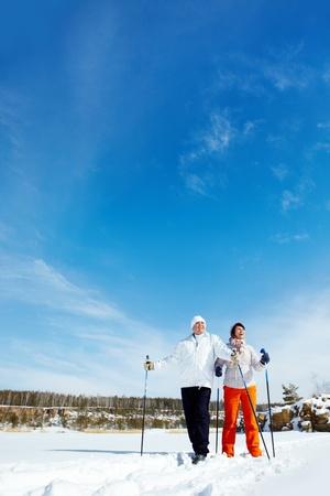 Portret van volwassen paar het skiën buiten