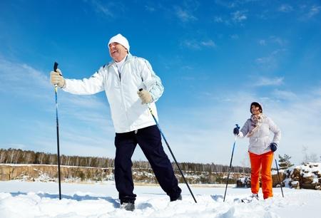 skieer: Portret van volwassen paar het skiën buiten Stockfoto