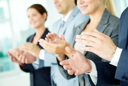 Foto van zakelijke partners handen applaudisseren tijdens de vergadering van